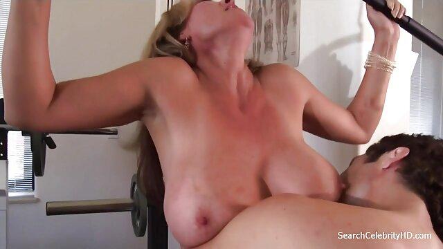 Des porn mom et fils lesbiennes aux gros seins se massent dans le laboratoire